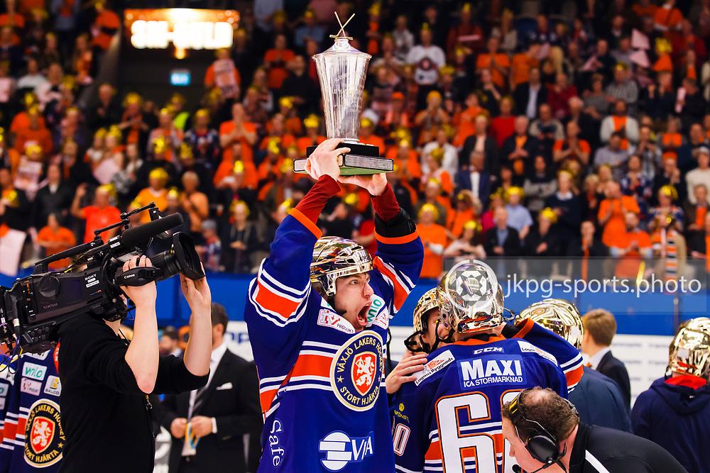150423 Ishockey, SM-Final, V&auml;xj&ouml; - Skellefte&aring;<br /> Eric Martinsson, V&auml;xj&ouml; Lakers Hockey lyfter pokalen under starkt jubel.<br /> &copy; Daniel Malmberg/Jkpg sports photo