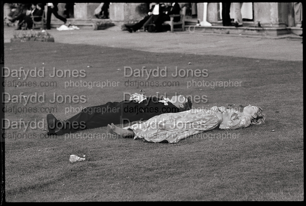 Magdalen Comem Ball. Oxford, 24 June 1988. Film 88578f27<br /> &copy; Copyright Photograph by Dafydd Jones<br /> 66 Stockwell Park Rd. London SW9 0DA<br /> Tel 0171 733 0108