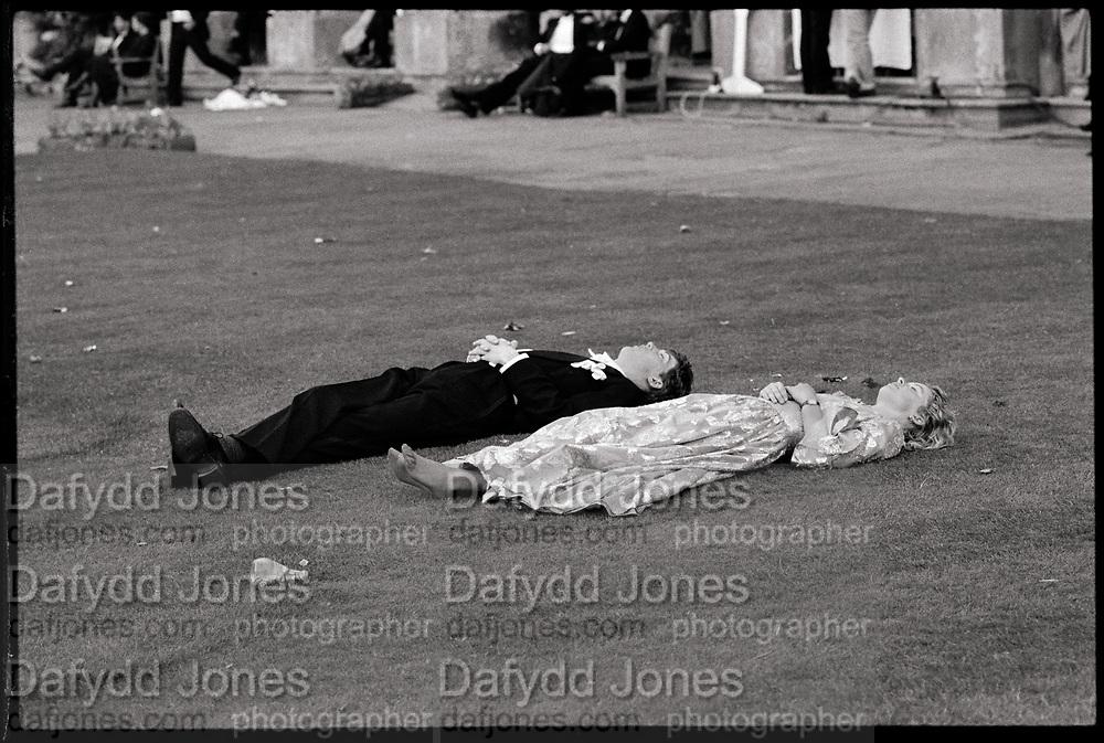 Magdalen Comem Ball. Oxford, 24 June 1988. Film 88578f27<br /> &copy; Copyright Photograph by Dafydd Jones<br /> 66 Stockwell Park Rd. London SW9 0DA<br /> Tel 0171 733 0108