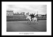 Ambisiøse cowboyer nyter friheten på veien i Dublin, 1961. Bilder fra Irland finner du hos irishphotoarchive.ie. Perfekte gaver til enhver begivenhet.
