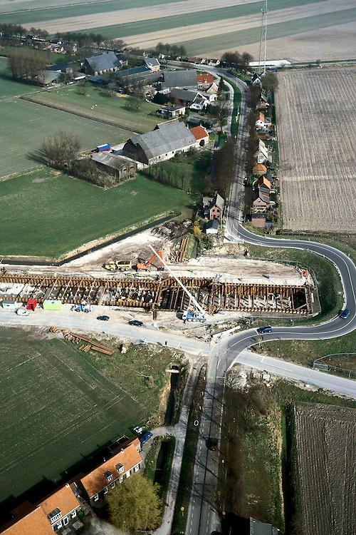 Nederland, Hoeksche Waard, Mookhoek, 08-03-2002; aanleg halfverdiepte bak van de HSL thv Mookhoek; de Strijense Dijk is tijdelijk omgelegd, deze weg zal in de toekomst over het dak van genoemde bak gaan; zie ook overzichtsfoto; infrastructuur verkeer en vervoer spoor wegenbouw heistellingen landschap;<br /> luchtfoto (toeslag), aerial photo (additional fee)<br /> foto /photo Siebe Swart