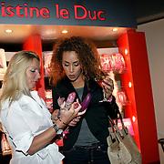 NLD/Amsterdam/20081023 - Presentatie Perfect Age creme, Glennis grace bij de stand van sexshop Christine le Duc