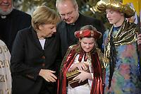 04 JUN 2008, BERLIN/GERMANY:<br /> Angela Merkel, CDU, Bundeskanzlerin, schaut einem der Heiligen drei Koenige in die Goldtruhe, waehrend dem Empfang der Sternsinger im Bundeskanzleramt<br /> IMAGE: 20080104-01-012<br /> KEYWORDS: Heilige drei Koenige, Heilige drei K&ouml;nige, Kanzleramt