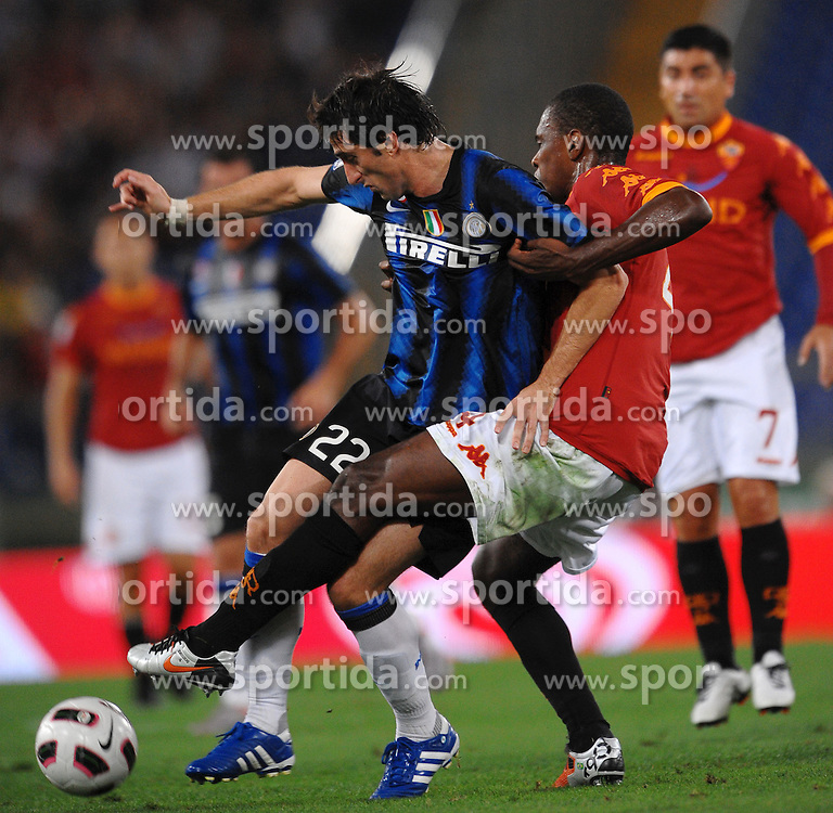 25.09.2010, Stadio Olim, Roma, ITA, Serie A, AS Rom vs Inter Mailand, im Bild Diego Milito Inter, Juan Roma.EXPA Pictures © 2010, PhotoCredit: EXPA/ InsideFoto/ Andrea Staccioli +++++ ATTENTION - FOR AUSTRIA AND SLOVENIA CLIENT ONLY +++++... / SPORTIDA PHOTO AGENCY