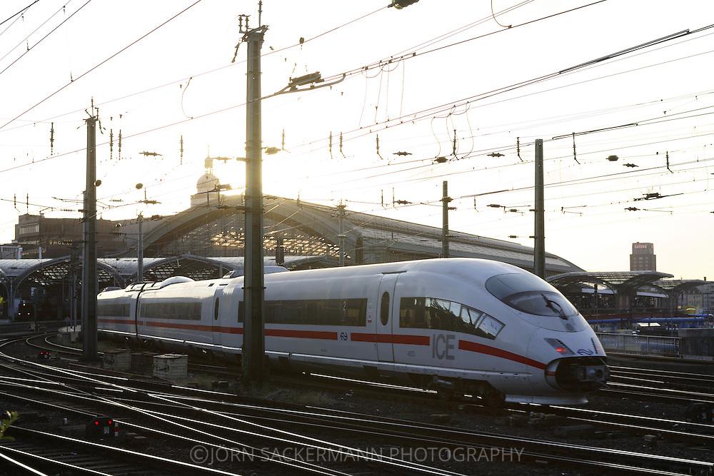 DEU, Germany, Cologne, high-speed train ICE at the main station.....DEU, Deutschland, Koeln, Hochgeschwindigkeitszug ICE am Hauptbahnhof...