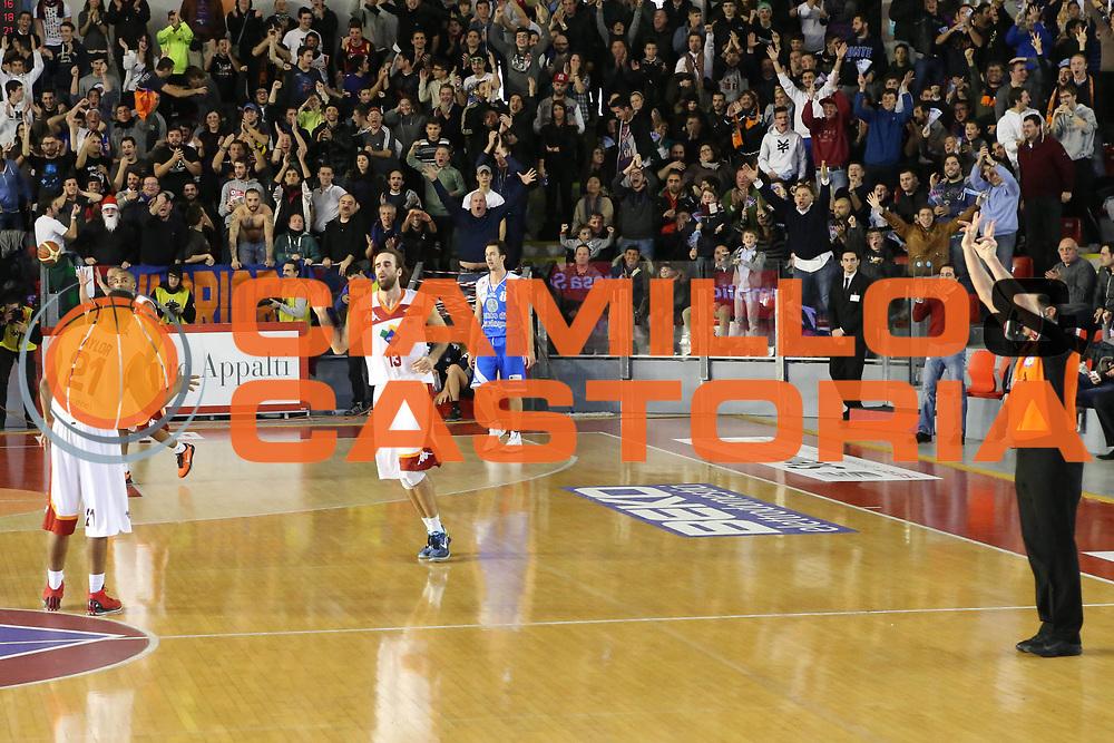 DESCRIZIONE : Roma Lega A 2012-13 Acea Roma Banco di Sardegna Sassari<br /> GIOCATORE : Luigi Datome<br /> CATEGORIA : esultanza mani sequenza controcampo<br /> SQUADRA : Acea Roma<br /> EVENTO : Campionato Lega A 2012-2013 <br /> GARA : Acea Roma Banco di Sardegna Sassari<br /> DATA : 23/12/2012<br /> SPORT : Pallacanestro <br /> AUTORE : Agenzia Ciamillo-Castoria/M.Simoni<br /> Galleria : Lega Basket A 2012-2013  <br /> Fotonotizia :  Roma Lega A 2012-13 Acea Roma Banco di Sardegna Sassari<br /> Predefinita :
