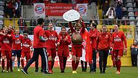BILDET INNGÅR IKEK I FASTAVTALER. ALL NEDLASTING BLIR FAKTURERT.<br /> <br /> Fotball<br /> Tyskland<br /> Foto: imago/Digitalsport<br /> NORWAY ONLY<br /> <br /> v.li.: Spielerinnen des FC Bayern feiern die Deutsche Meisterschaft, Freude, freundlich, fröhlich, strahlend, optimistisch , Raffaella Manieri (FC Bayern München, FCB, 21) im Römergewand hebt die Meisterschale in die Höhe Fussball, Allianz Frauen-Bundesliga, FC Bayern München - Bayer 04 Leverkusen<br /> <br /> Nora Holstad Berge