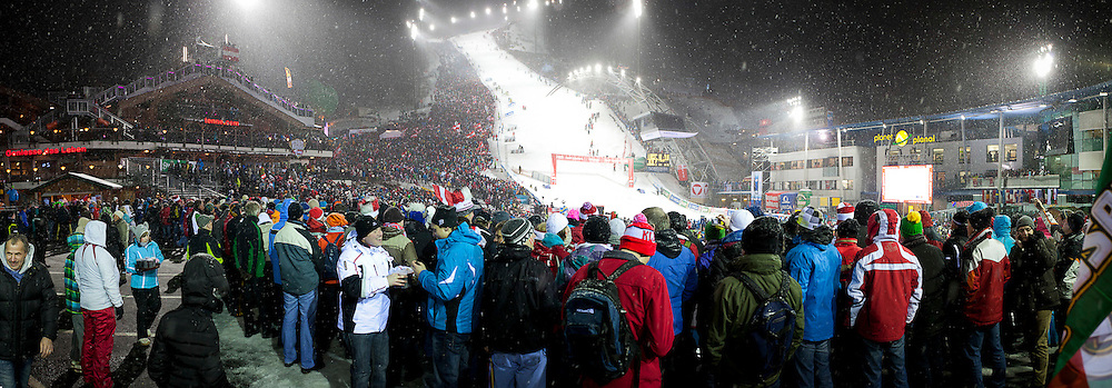 24.01.2012, Planai, Schladming, AUT, FIS Weltcup Ski Alpin, Herren, Slalom 1. Durchgang, im Bild Panorama mit Fans im Zielstadion // panoramic view from the finishing-area during the first run of the FIS Alpine Skiing World Cup mens slalom race, Schladming, Austria on 2012/01/24. EXPA Pictures © 2012, PhotoCredit: EXPA/ Erwin Scheriau