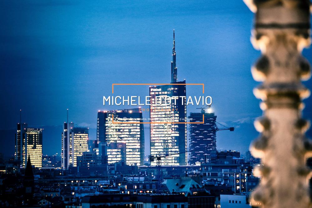 La UniCredit Tower, progettata da Pelli Clarke Pelli Architects, situata all'interno dell'area di Porta Nuova.<br /> Skyline di Milano nel 2014 fotografato dalla terrazza del Duomo al calar della sera.