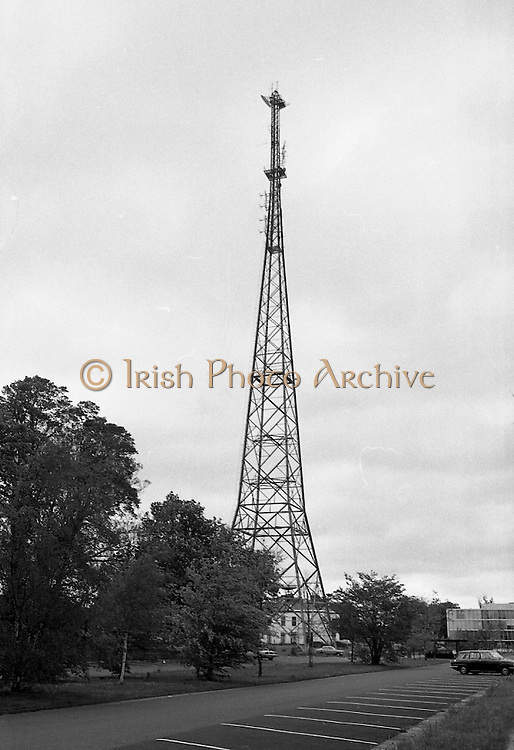 Strike at RTE.14/05/1976.05/14/1976.14th May 1976.Radio Telefis Eireann ceased transmitting radio and television programmes at 3pm on Friday, 14.05.1976. when 'ICTU All-Out Strike' pickets were placed at Montrose, Donnybrook, Dublin.Picture shows aerial tower at RTE studios, Montrose.