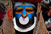 Bunt geschmückte und bemalte Volksstämme feiern das traditionelle Sing Sing in Mount Hagen im Hochland von Papua Neu Guinea, Melanesien*Colourful dressed and face painted local tribes celebrating the traditional Sing Sing in   in the Highlands of Papua New Guinea, Melanesia