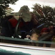 92ste verjaardag Pr. Bernhard Sr., Pr. Constantijn en prinses Laurentien Brinkhorst in hun mini, dochter Eloise Sophie Beatrix Laurence Gravin van Oranje-Nassau, jonkvrouw van Amsberg