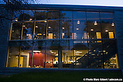 Bibliothèque de Charlesbourg, des architectes Marie-Chantale Croft et Éric Pelletier. Bâtiment durable, efficacité énergétique basée sur la géothermie et le plus grand toit végétal au Québec (1830 mètres carrés), 7950, 1re Avenue, Québec, Canada, 2007, 09, 12, © Photo Marc Gibert / adecom.ca