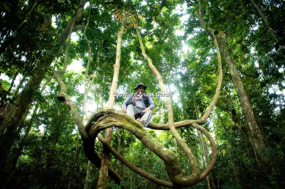 Seringal Cahoeira immersion dans la forêt primaire et enseignement du seringuerions Nilson Mendes, cousin de chico mendes.