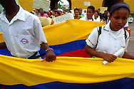 Un grupo de colegiales marchan pacíficamente, bandera en mano. Junto a sus maestros y padres. Caminan con carteles que hacen pedidos al presidente Pastrana. Cartagena de Indias, 2001 (Ramón Lepage / Orinoquiaphoto)     The fortified wall of Cartagena is in excellent condition and stretches more-or-less unbroken round a good portion of the Old Town. It is a pleasure for locals well as visitors to walk and observe the colonial architecture and excellent view of the Caribbean ocean..