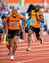 09-07-2016 NED: European Athletics Championships day 4, Amsterdam<br /> Churandy Martina geeft het stokje over aan Patrick van Luijk