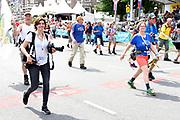 Koning Willem-Alexander deelt gladiolen uit vanaf de tribune op de Via Gladiola tijdens de slotdag van de Nijmeegse Vierdaagse.<br /> <br /> King Willem-Alexander shares gladiolus out from the stands on the Via Gladiola during the final day of the Nijmegen Marches.<br /> <br /> Op de foto / On the photo:  Wandelaars