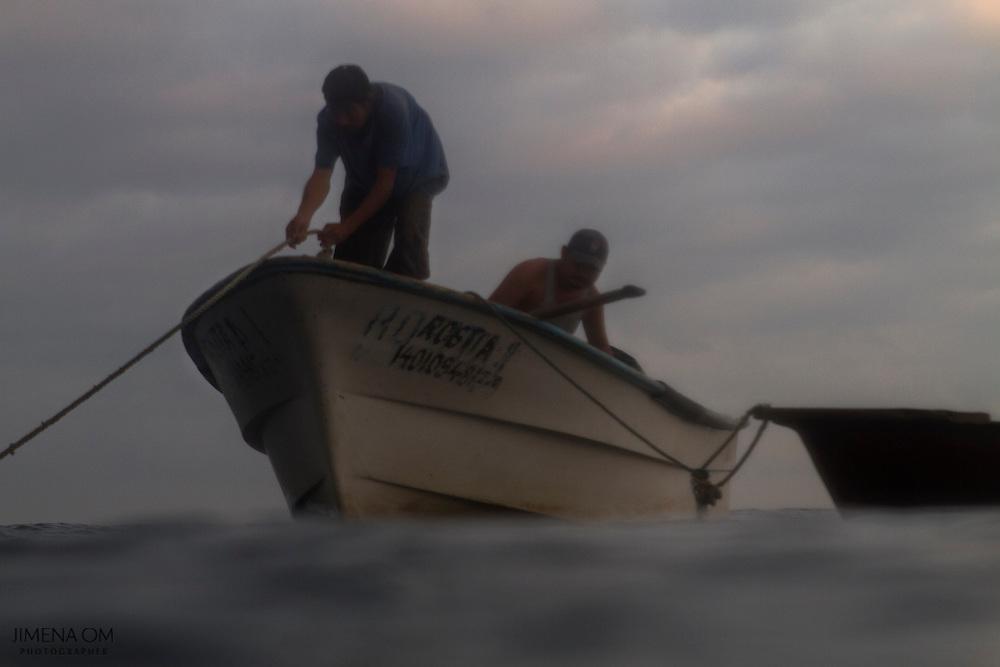 Los pescadores anclan la panga, una embarcación de fibra de vidrio con vida útil de hasta 20 años, para pasar a una lancha de remo ligera con la que es posible salir hasta la playa.