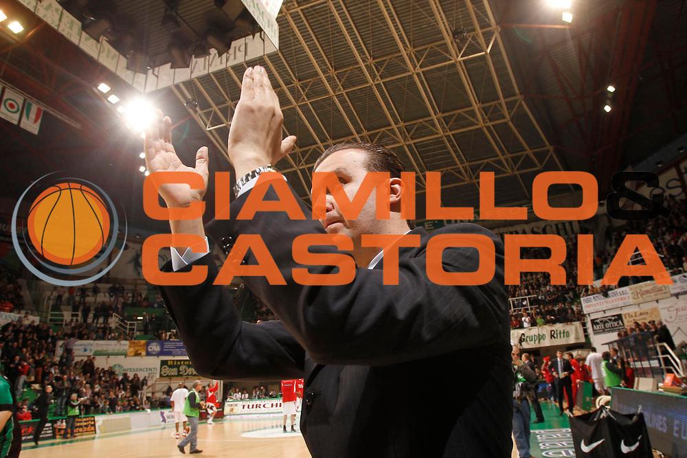 DESCRIZIONE : Siena Eurolega 2010-11 Playoffs Gara 4 Montepaschi Siena Olympiacos<br /> GIOCATORE : Simone Pianigiani<br /> SQUADRA : Montepaschi Siena<br /> EVENTO : Eurolega 2010-2011<br /> GARA : Montepaschi Siena Olympiacos<br /> DATA : 31/03/2011<br /> CATEGORIA : esultanza coach<br /> SPORT : Pallacanestro <br /> AUTORE : Agenzia Ciamillo-Castoria/P.Lazzeroni<br /> Galleria : Eurolega 2010-2011<br /> Fotonotizia : Siena Eurolega 2010-11 Playoffs Gara 4 Montepaschi Siena Olympiacos<br /> Predefinita :