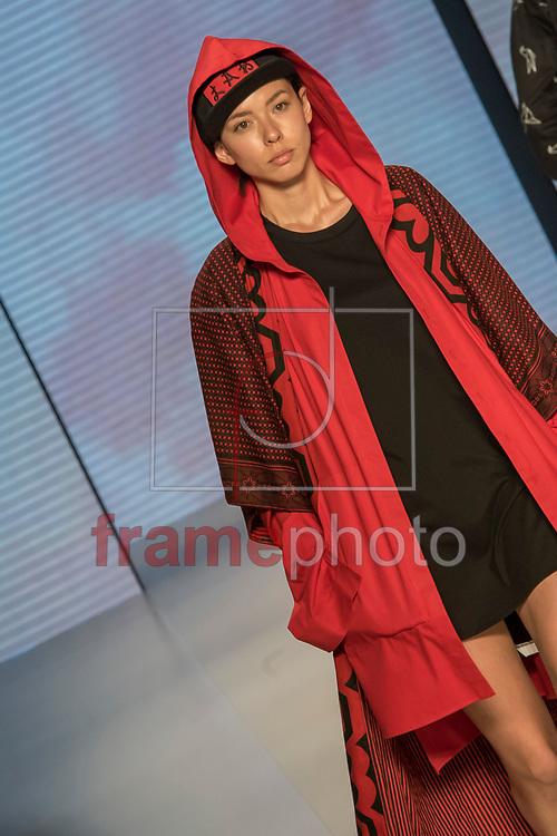 Desfile da grife LAB dos irmãos Emicida e Evandro Fióti, com direção criativa do estilista João Pimenta, na edição Trans N42, da São Paulo Fashion Week, na Sala Ibirapuera, em S.Paulo(SP), nesta segunda-feira(24). FOTO: CHELLO/FRAMEPHOTO