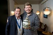 SMVaalborgs hæderslegat 2019 tildeles kokken Kenneth Toft-Hansen, forpagter af Svinkløv Badehotel. Tv. Svend Aage Suhr, fmd. Foto: © Michael Bo Rasmussen / Baghuset. Dato: 07.05.19