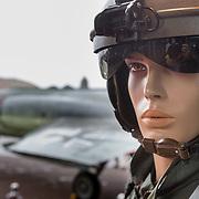 NLD/Hilversum/20160621 - Filmpremiere Independence Day Resurgence, pop verkleed als piloot bij een Northrop NF-5