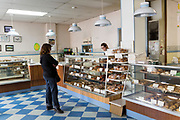Home Bakery i Astoria, Oregon. Bageriet startades 1910 av tre finska emigranter Elmer Wallo, Charlie Jarvanin och Arthur A. Tilander. I dag drivs bageriet av Arthur A. Tilanders barnbarn James Tilander.<br /> <br /> Foto: Christina Sj&ouml;gren