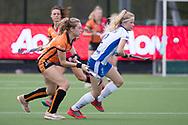 Eindhoven - Oranje Rood - Kampong  Dames, Hoofdklasse Hockey Heren, Seizoen 2017-2018, 15-04-2018, Oranje Rood - Kampong 3-1,  Freeke Moes (Oranje-Rood) en Grabielle Mosch (Kampong)<br /> <br /> (c) Willem Vernes Fotografie