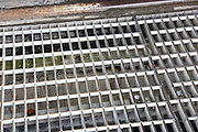 Mannheim. 28.06.16 Rheinau. Feuerwache Süd. Das 60 Jahre alte Gebäude zeigt nun Schäden, die es gilt zu sanieren. In einer Machbarkeitsstudie soll gezeigt werden, inwieweit sich Sanierungen gegenüber einem Neubau rechnen lassen.<br /> - Gitter zur Fahrzeughalle müssen mit Stahlplatten verstärkt werden.<br /> <br /> Bild: Markus Prosswitz 28JUN16 / masterpress (Bild ist honorarpflichtig - No Model Release!)