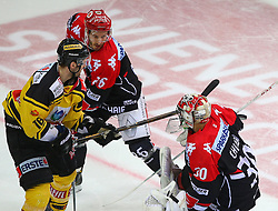 03.03.2017, Albert Schultz Halle, Wien, AUT, EBEL, UPC Vienna Capitals vs HC TWK Innsbruck Die Haie,Viertelfinale, 3. Spiel, im Bild Macgregor Sharp (UPC Vienna Capitals), Lubomir Stach (HC TWK Innsbruck Die Haie) und Andy Chiodo (HC TWK Innsbruck Die Haie) // during the Erste Bank Icehockey League 3rd quarterfinal match between UPC Vienna Capitals and HC TWK Innsbruck Die Haie at the Albert Schultz Ice Arena, Vienna, Austria on 2017/03/03. EXPA Pictures © 2017, PhotoCredit: EXPA/ Thomas Haumer