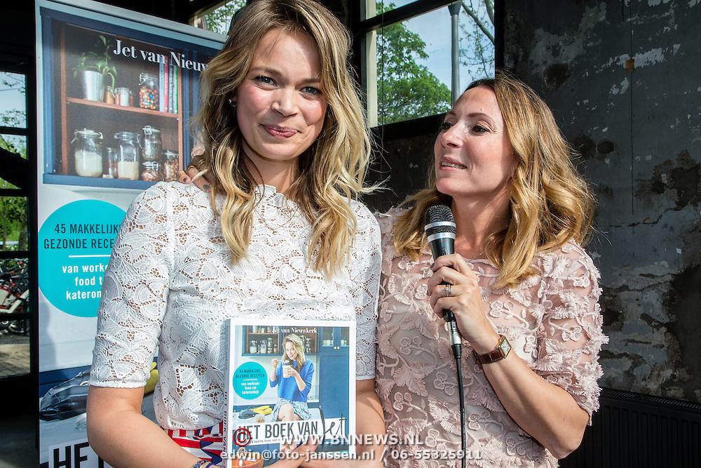 NLD/Amsterdam/20160509 - Boekpresentatie 'Het boek van Jet', Jet van Nieuwkerk en hoofdredactrice Maybritt Mobach