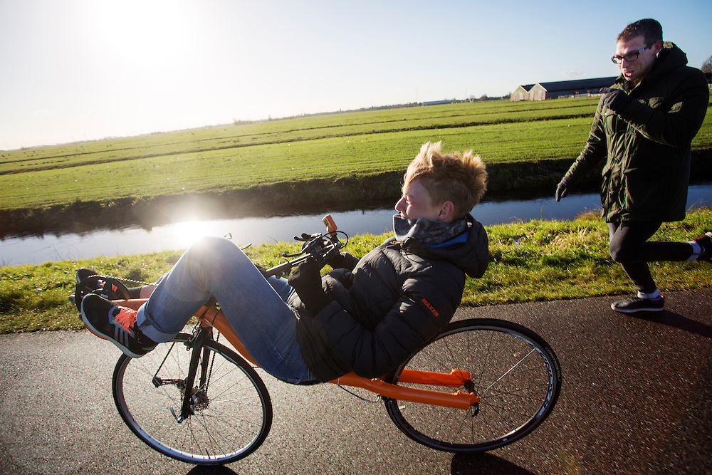 Iris Slappendel maakt haar eerste meters op een ligfiets. In september wil het Human Power Team Delft en Amsterdam, dat bestaat uit studenten van de TU Delft en de VU Amsterdam, tijdens de World Human Powered Speed Challenge in Nevada een poging doen het wereldrecord snelfietsen voor vrouwen te verbreken met de VeloX 7, een gestroomlijnde ligfiets. Het record is met 121,44 km/h sinds 2009 in handen van de Francaise Barbara Buatois. De Canadees Todd Reichert is de snelste man met 144,17 km/h sinds 2016.<br />