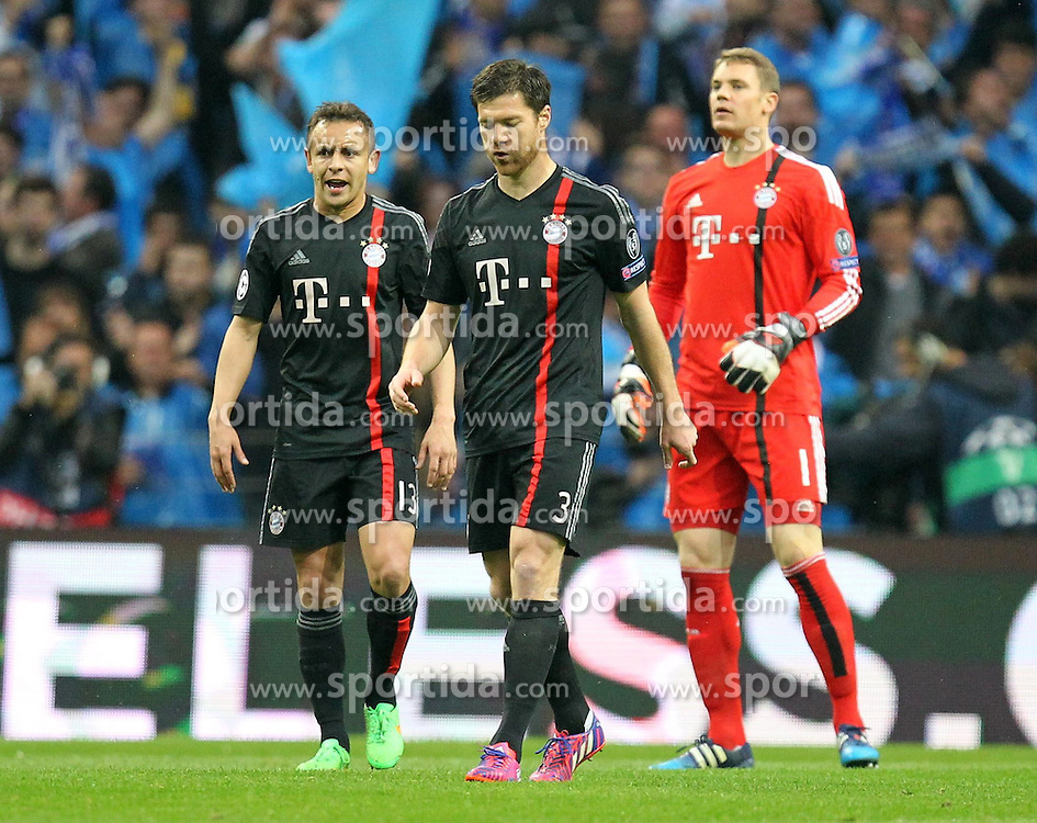 15.04.2015, Estadio do Dragao, Porto, POR, UEFA CL, FC Porto vs FC Bayern Muenchen, Viertelfinale, Hinspiel, im Bild l-r: enttaeuschung bei Rafinha #13 (FC Bayern Muenchen), Xabi Alonso #3 (FC Bayern Muenchen), Manuel Neuer #1 (FC Bayern Muenchen), FC Porto vs. FC Bayern Muenchen, Fussball, Champions League, 15.04.2015 // during the UEFA Champions League quarter finals 1st Leg match between FC Porto vs FC Bayern Muenchen at the Estadio do Dragao in Porto, Portugal on 2015/04/15. EXPA Pictures &copy; 2015, PhotoCredit: EXPA/ Eibner-Pressefoto/ Kolbert<br /> <br /> *****ATTENTION - OUT of GER*****