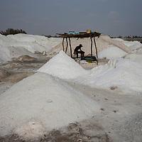 Un jeune se repose avant de commencer la récolte de sel.