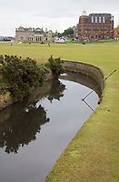 ST. ANDREWS -Schotland-GOLF. Old Course met Swilcan River. . COPYRIGHT KOEN SUYK