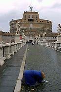 Roma  29  Novembre 2005.Una donna rom chiede l'elemosina su Ponte Sant'Angelo.<br /> Rome November 29 2005<br /> A Roma woman asks for alms on  Ponte Sant'Angelo.