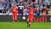 17. September 2011: Berlin, Olympiastadion: Fussball 1. Bundesliga, 6. Spieltag: Hertha BSC - FC Augsburg: Berlins Tunay Torun (blau) gegen Augsburgs Hajime Hosogai (rot).