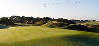 ZANDVOORT - De golfbaan van de Kennemer Golfclub, waar ook in 2008 het Dutch Open voor mannen zal worden gehouden. Op de foto: Hole B2 met op de achtergrond het clubhuis.