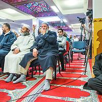 Nederland, Amsterdam, 5 maart 2017.<br /> Op zondag 5 maart om 14.00 uur organiseren het Comit&eacute; 21 maart en het Collectief Tegen Islamofobie en Discriminatie een solidariteitsbijeenkomst in de Grote Moskee van Amsterdam aan de Weesperzijde 76. Iedereen is uitgenodigd om zijn solidariteit met moslims te tonen. In het huidige politieke klimaat is de rechtsstaat onder druk komen te staan en biedt zij volgens meerdere partijen niet aan alle burgers gelijke bescherming. Daarom zullen we samen een geluid laten horen tegen de haatzaaiende verhalen en met zoveel mogelijk verschillende mensen solidariteit tonen met moslims. Dit is hard nodig omdat zij vaak niet alleen doelwit voor extreem-rechts zijn, maar ook voor religieus extremisme. <br /> De islam en moslims worden vandaag de dag over het hele politieke spectrum geproblematiseerd en dat zorgt voor een gevoel van angst en onveiligheid. Op deze dag komen organisaties die zich inzetten voor de rechten van vrouwen en homo's, tegen anti-zwart racisme en islamofobie, vakbonden en migrantenorganisaties samen om deze angst te vervangen door binding en inclusiviteit. Naast het tonen van solidariteit willen de organisaties iedereen oproepen om naar de stembus te gaan en actief deel te nemen aan het publieke debat. <br /> Gespreksleider is: Yassin El Forkani (Jongerenimam)<br />  <br /> Foto: Jean-Pierre Jans