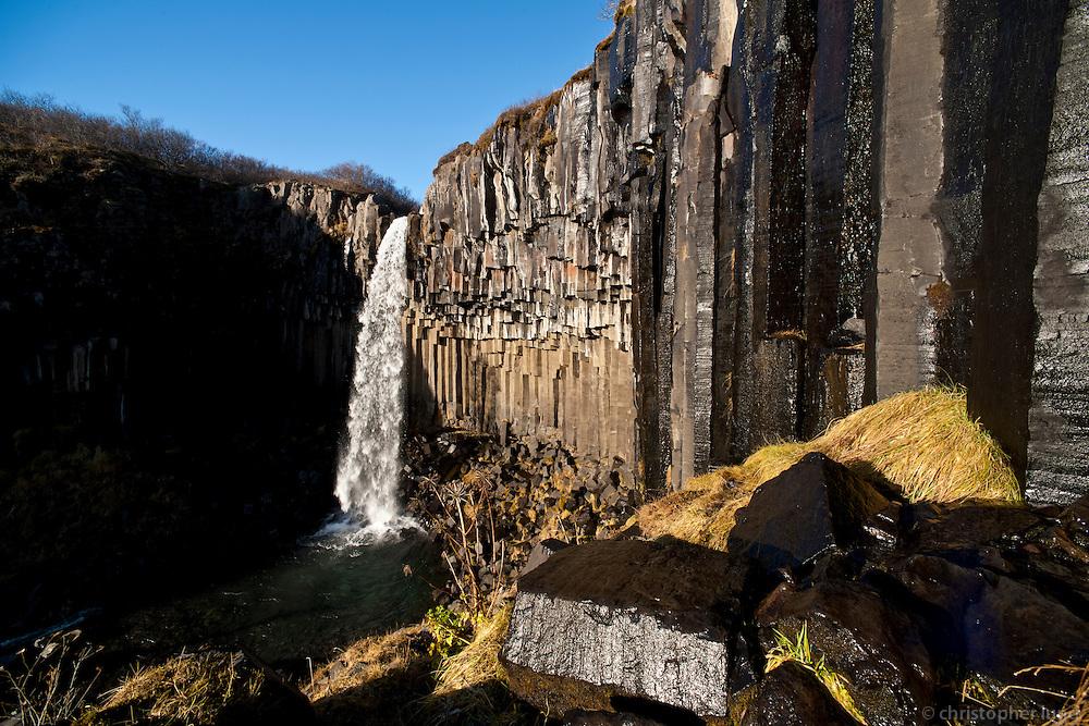 Svartifoss í Þjóðgarðinum Skaftafelli. Svartifoss waterfall in Skaftafell National Park, Iceland.