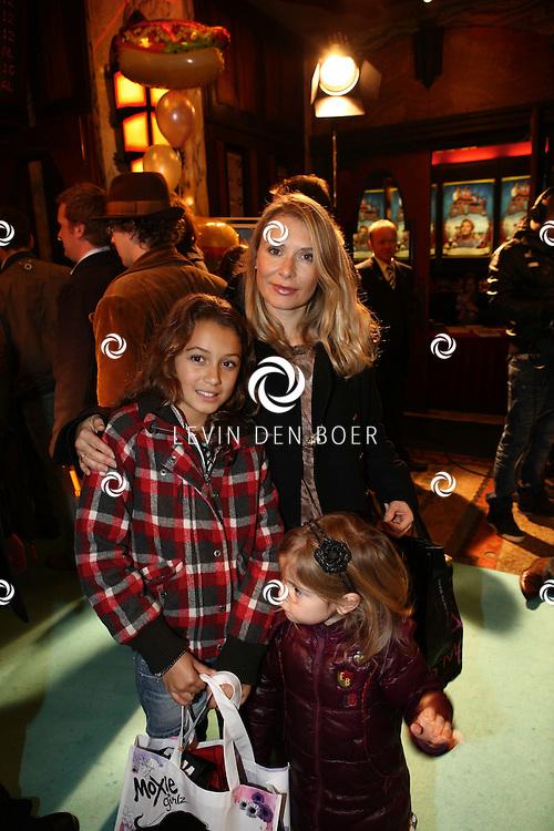 AMSTERDAM - Elle van Rijn en haar kinderen op de rode loper van de filmpremiere Dik Trom zondag in Amsterdam.  FOTO LEVIN DEN BOER - PERSFOTO.NU