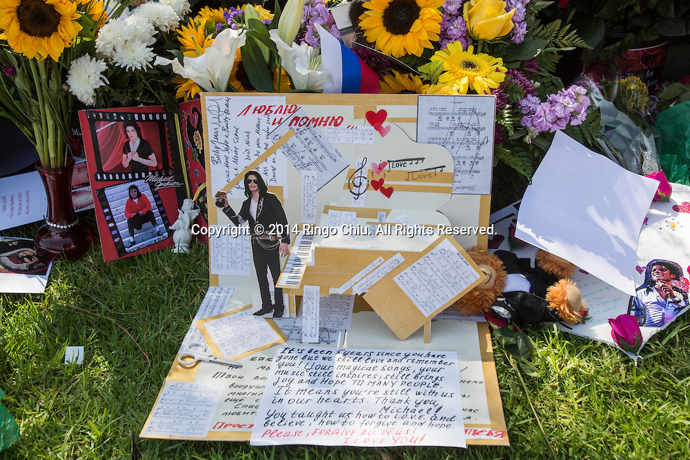 Fans of late pop star Michael Jackson pay tribute to the mausoleum at Forest Lawn Memorial Park-Glendale to commemorate the 5th anniversary of his death on June 25, 2014 in Los Angeles, California. <br />  (Photo by Ringo Chiu/PHOTOFORMULA.com)