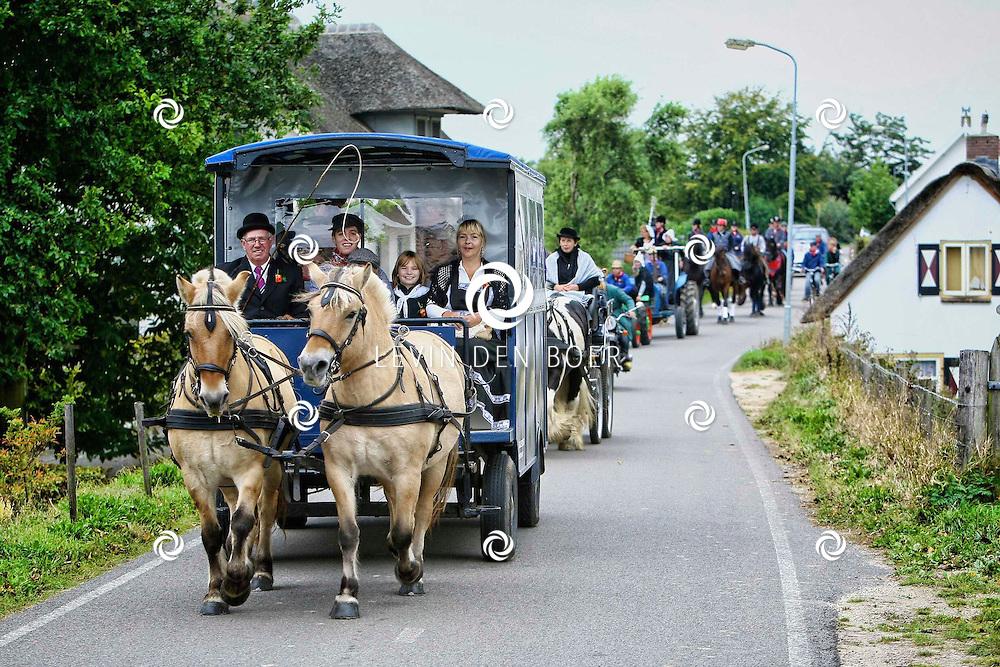 NIEUWAAL - Een echte boerenbruiloft in Nieuwaal. Met paard en wagen ging het bruidspaar door het dorp gevolgt door traktors, paarden, koetsen en fietsers. FOTO LEVIN DEN BOER - PERSFOTO.NU
