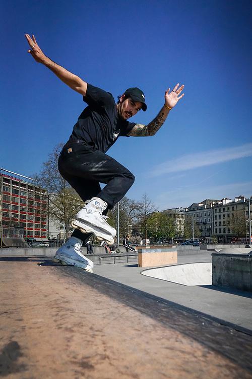 Nicolas Schopfer est un roller Blader de haut niveau et l'un des photographes qui monte &agrave; Gen&egrave;ve. Il a 29 ans. Nous commencerons par le suivre dans le skate park de la plaine de plainpalais <br /> Gen&egrave;ve avril 2017