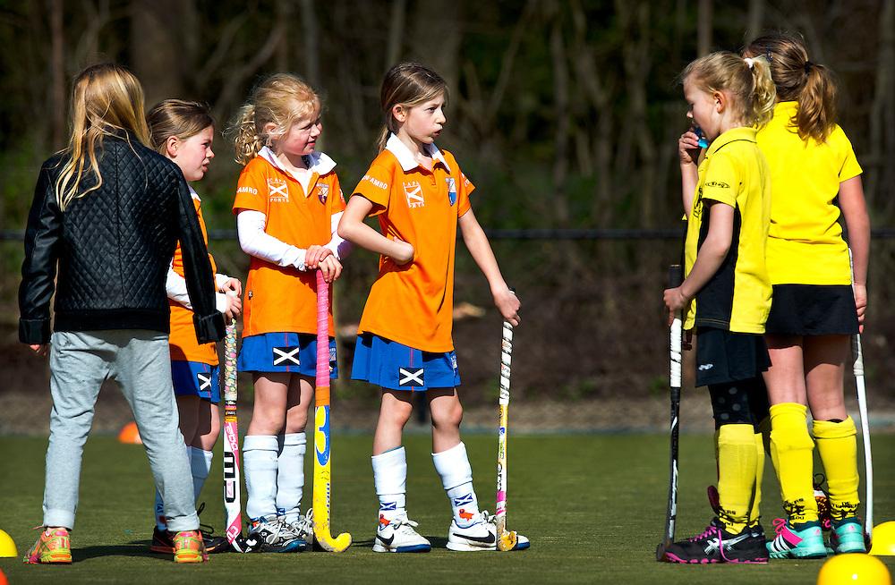 SERIE ROOKIE <br /> Nederland, Bloemendaal, 18-04-2015.<br /> Hockey.<br /> Bloemendaal MF2 - H.V. De Terri&euml;rs MF4.<br /> &quot;Wij zijn Bloemendaal&quot;<br /> Foto : Klaas Jan van der Weij