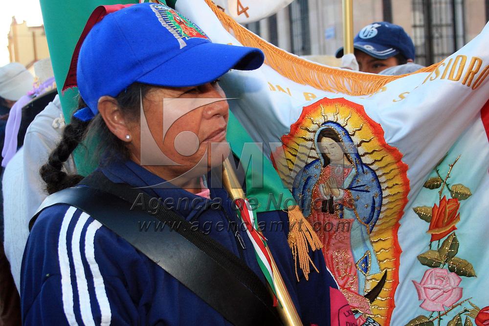 TOLUCA, México.- con la fe en alto inician su caminar mas de 20 mil peregrinos a la basílica de Guadalupe, católicos de la Diócesis de Toluca y Tenancingo partieron esta mañana, la primer escala de esta peregrinación será el municipio de Ocoyoacac, en el que se espera descanse el contingente y posteriormente prosiga con rumbo a la Marquesa, donde mañana participarán de la celebración de una misa encabezada por el obispo de Toluca, Francisco Javier Chavolla Ramos y continúen su camino hacia Cuajimalpa . Agencia MVT / José Hernández. (DIGITAL)