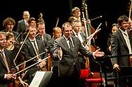 amsterdam - Het Koninklijk Concertgebouworkest heeft chef-dirigent Daniele Gatti ontslagen. Het Amsterdamse orkest heeft ,,de samenwerking per direct beëindigd''. Diverse vrouwelijke musici hebben Gatti beschuldigd van seksueel wangedrag.  Concertgebouworkest en Daniele Gatti COPYRIGHT ROBIN UTRECHT