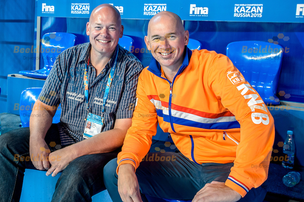 07-08-2015: Waterpolo: USA v Nederland: Kazan<br /> <br /> <br /> Broers Peter de Jong (L), Fina Scheidsrechter en Bas de Jong (R), assistent bondscoach van de waterpolodames tijdens de finale of the 16th FINA World Championships 2015 in Kazan