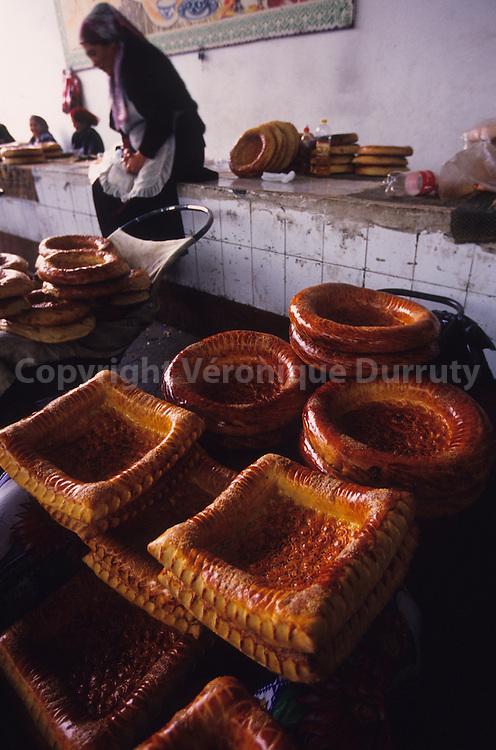 Etal de pain traditionnel au Bazar de Boukhara, Ouzbekistan // bread stall at Boukhara Market, Uzbekistan