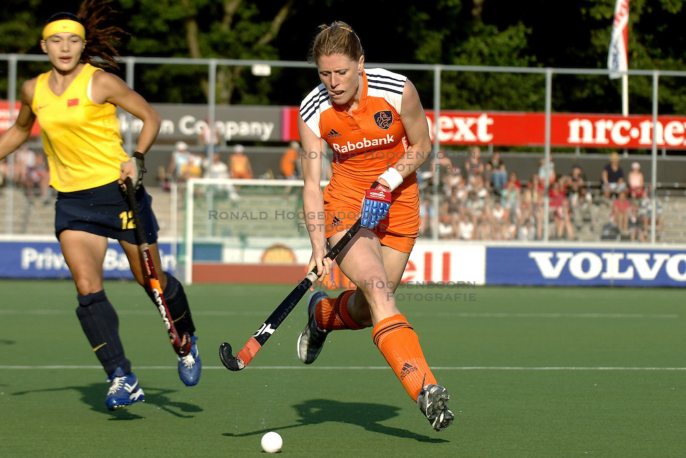 13-07-2006 HOCKEY: CHAMPIONS TROPHY WOMEN: NEDERLAND - CHINA: AMSTELVEEN <br /> Nederland en China houden elkaar in evenwicht 1-1 / Eefke Mulder<br /> &copy;2006-WWW.FOTOHOOGENDOORN.NL